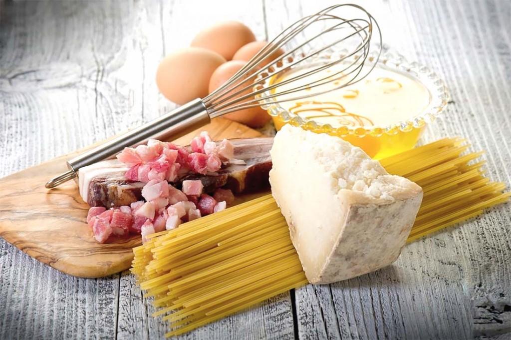preparación de los espaguetis a la carbonara
